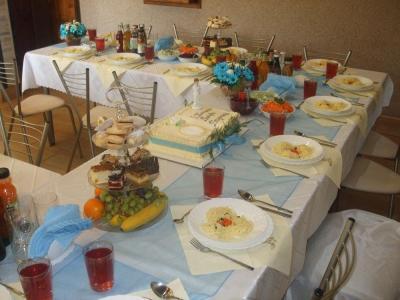 stół obłożony jedzeniem